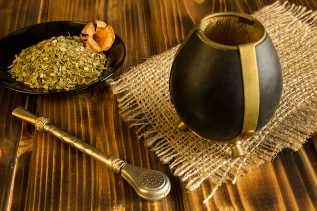 Mate de té en el fondo de madera