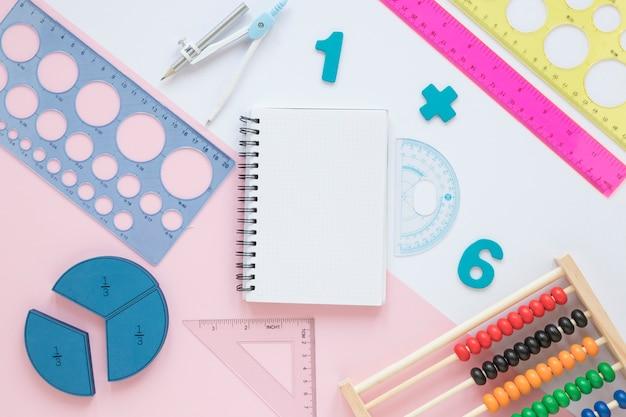 Matemáticas con números y artículos escolares de papelería.