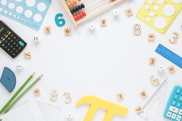 Matemáticas con números y artículos de papelería.