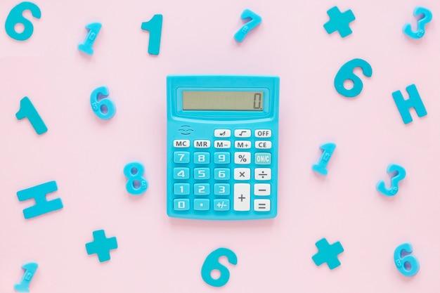 Matemáticas con números y calculadora.