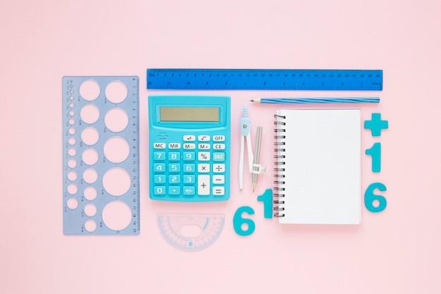 Matemáticas con números y suministros de papelería organizados.
