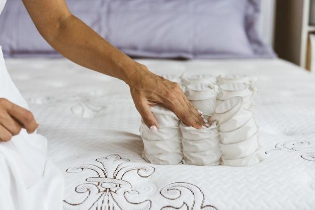 Material de colchón en manos de una mujer.