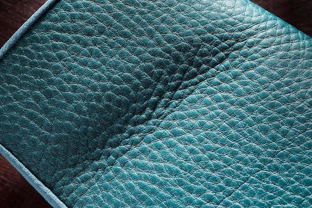 Material de cuero azul de calidad sobre fondo oscuro