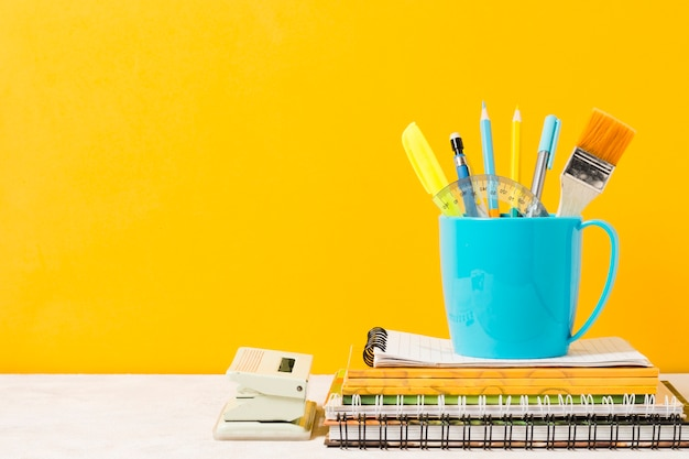 Material escolar con fondo naranja.
