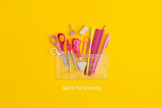 Material escolar sobre un fondo amarillo. vista superior con espacio de copia. endecha plana. concepto de regreso a la escuela.