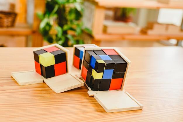 Material geométrico en el aula montessori para el aprendizaje de los niños en el área de matemáticas.