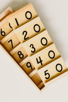 Material de montessori de madera, clase en la escuela con barras de matemática