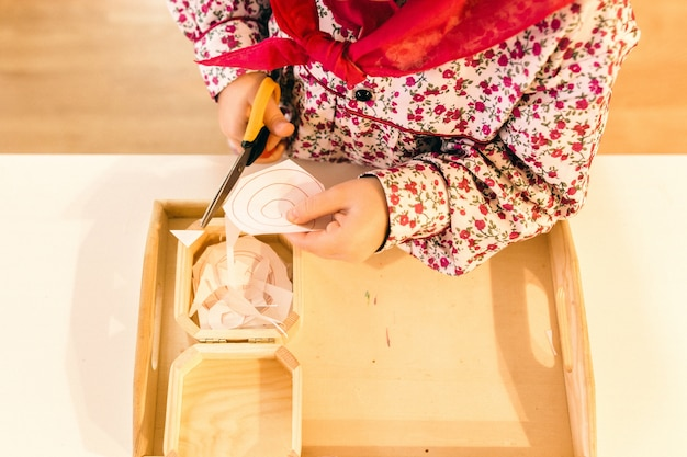 Materiales de aprendizaje en una escuela de metodología montessori manipulada por niños