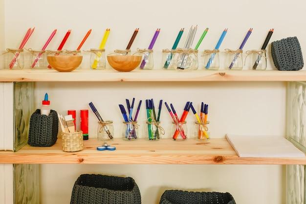 Materiales de aprendizaje en una escuela de metodología montessori