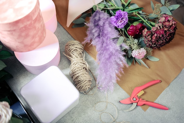 Materiales artesanales. flores frescas sobre papel, que se utilizan en bouquet