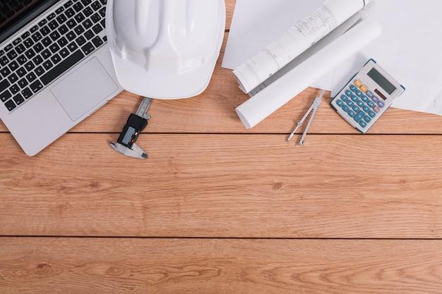 Materiales de construcción cerca de la computadora portátil
