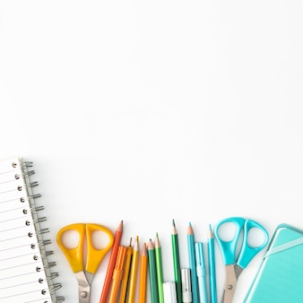 Materiales escolares coloridos