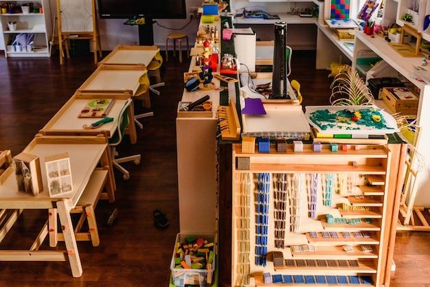 Materiales de geometría y matemática en un aula montessori