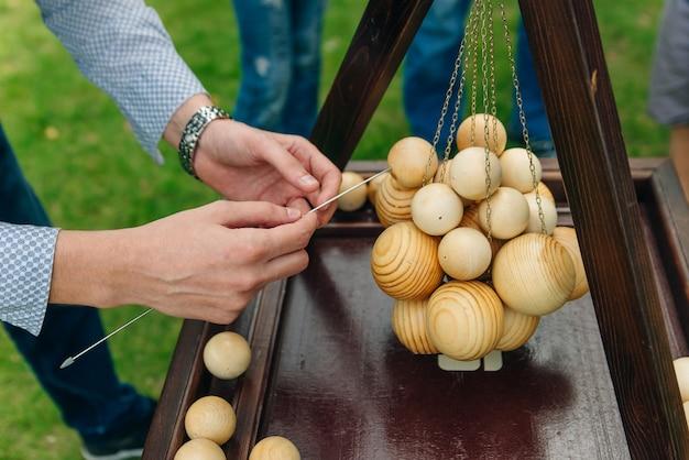 Materiales de madera para resolver acertijos y problemas.