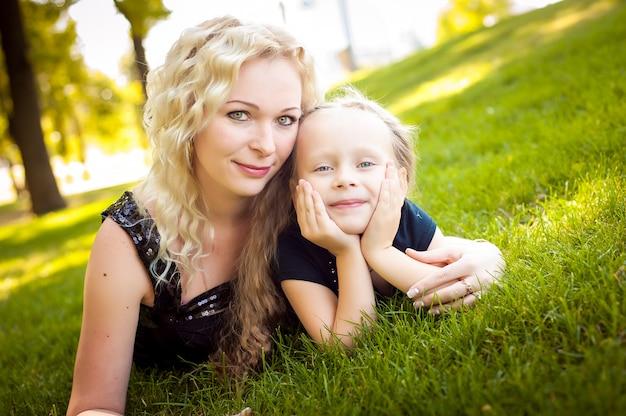 Mather y su hija en el parque.