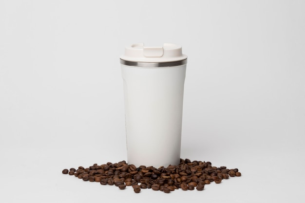 Matraz de café en arreglo de frijoles