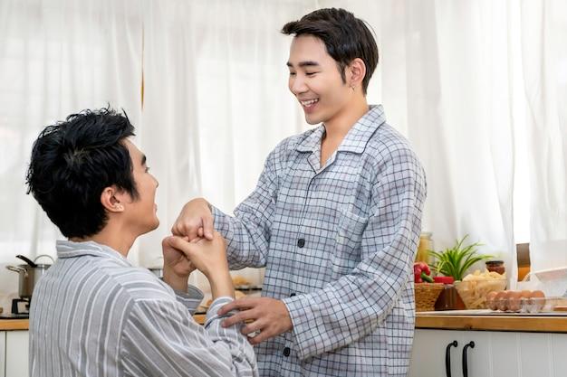 Matrimonio homosexual asiático y amor en la cocina en la mañana