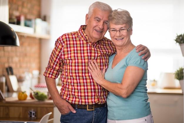 Matrimonio senior alegre en la cocina doméstica