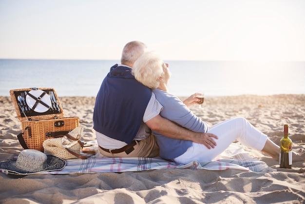 Matrimonio senior con buenos días en la playa