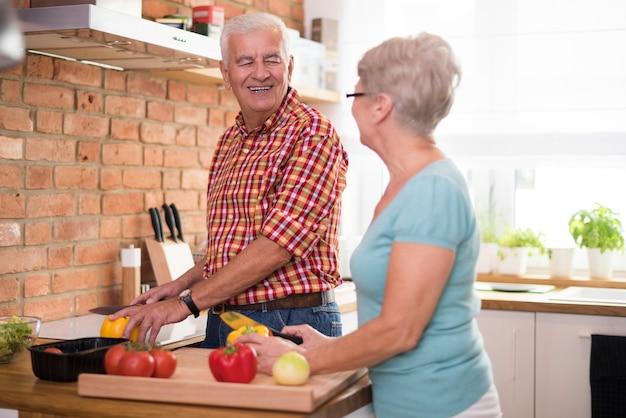 Matrimonio senior cocinando la cena juntos