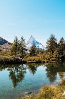Matterhorn con grindjisee lake en zermatt