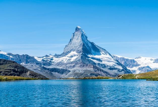 Matterhorn con stellisee lake en zermatt