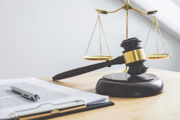 Mazo en el bloque de sonido, objeto y libro de leyes para trabajar con un juez.