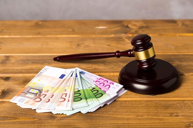 Mazo de juez de alto ángulo con billetes de euro