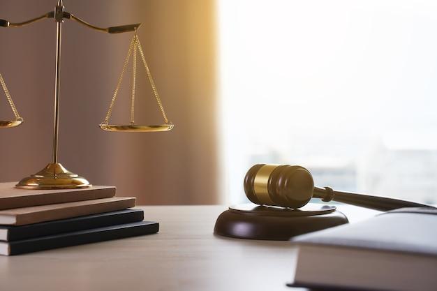 Mazo de juez con el concepto de juez de trabajo de abogado de abogados de justicia