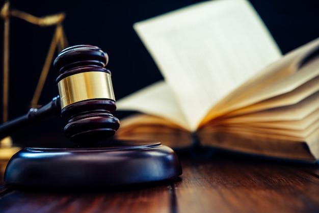 Mazo del juez y libro de leyes