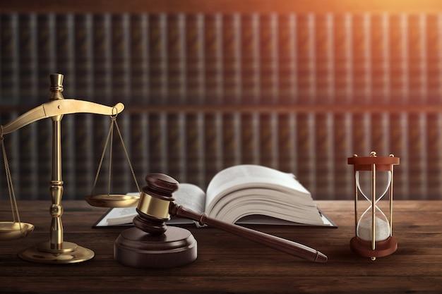 Mazo de juez y libro sobre mesa de madera.
