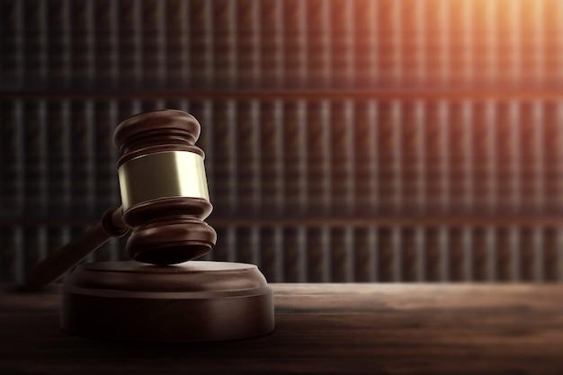 Mazo del juez y en una mesa de madera.