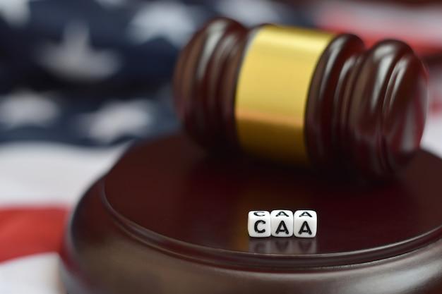 Mazo de justicia y acrónimo caa. ley de ajuste cubano