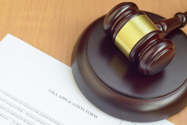 Mazo de justicia y formulario de solicitud de visa