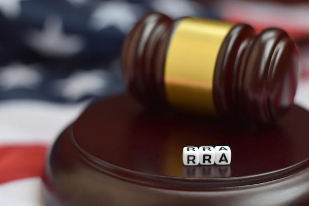 Mazo de justicia y rra. ley de ayuda a los refugiados