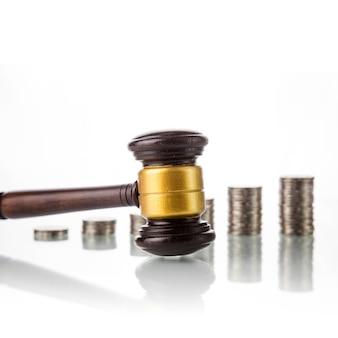 Mazo de ley de jueces con monedas
