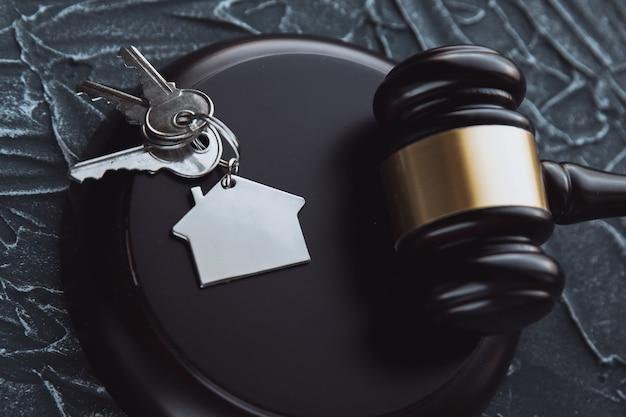 Mazo de madera y casa para la compra o venta de viviendas de licitación o abogado de bienes raíces y concepto de construcción.