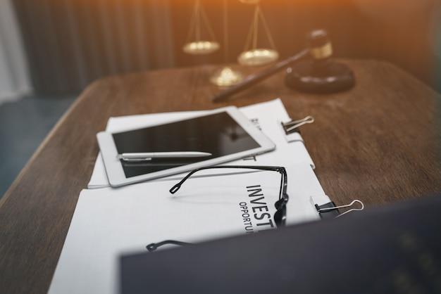 Mazo de madera y escamas doradas en sala, abogado y concepto legal.