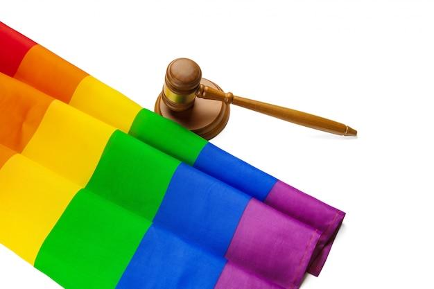 Mazo de madera del juez y bandera del arco iris lgbt