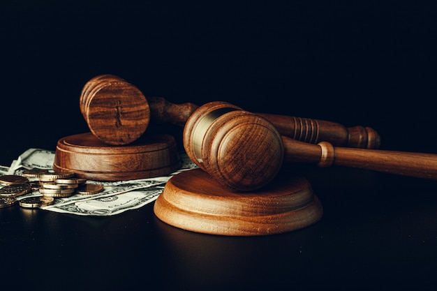 Mazo de madera del juez en el primer de los billetes de banco del dólar de ee. concepto de corrupción de justicia
