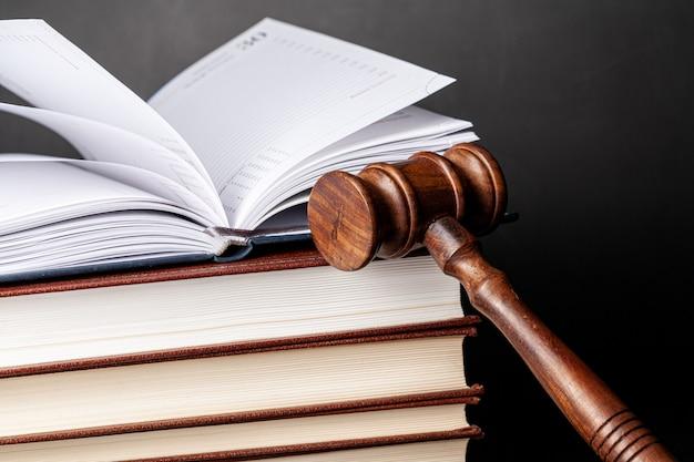 Mazo de madera y libros jurídicos de cerca
