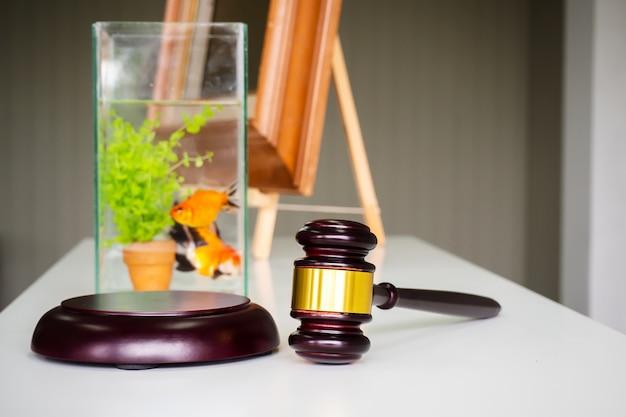 Mazo de madera en la mesa blanca. licitación de pescado. negocio de fondo de subasta.