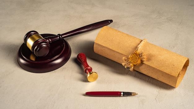 Mazo de pluma pública del notario y sello en testamento y última voluntad. herramientas de notario público