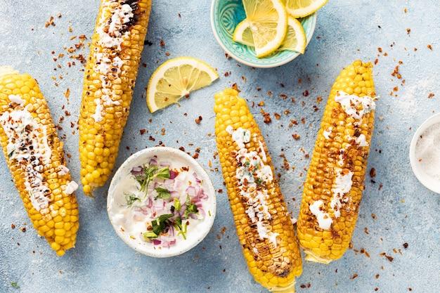 Mazorca de maíz frita con salsa vegana vista superior