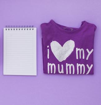 Me encanta la inscripción de mi mamá en la camiseta con el bloc de notas