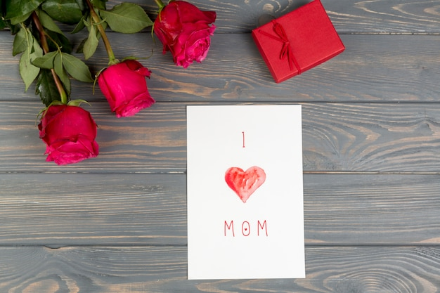 Me encanta mamá inscripción con rosa y regalo.