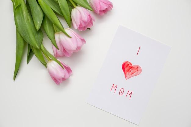 Me encanta mamá inscripción con tulipanes rosas.