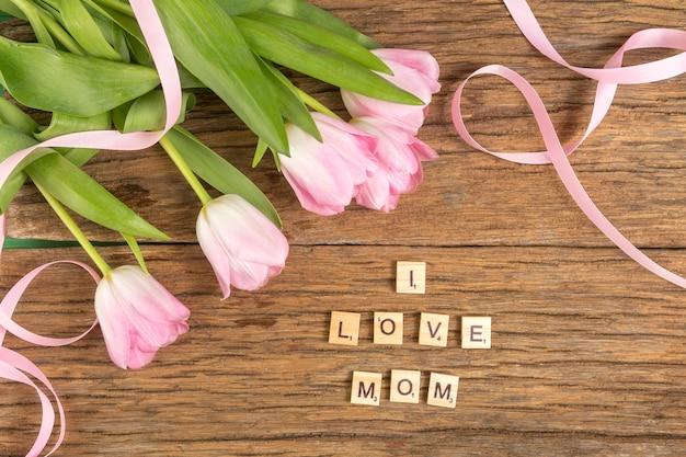 Me encanta mamá inscripción con tulipanes.