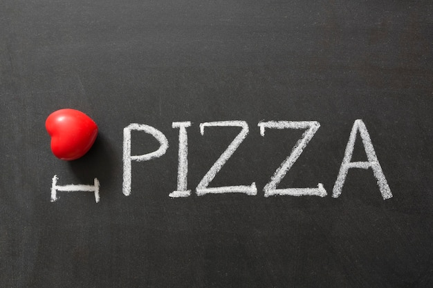 Me encanta la pizza escrita a mano en la pizarra de la escuela.