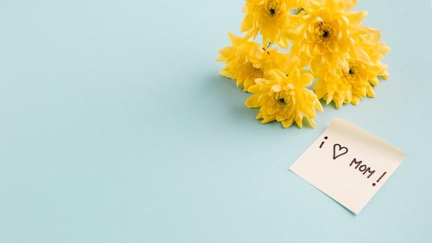 Me encanta el título de mamá en un papel cerca de un ramo de flores